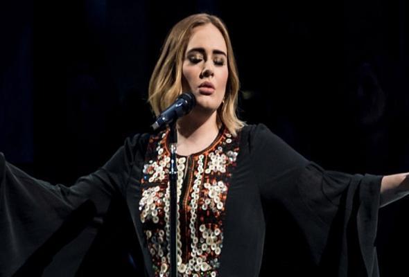 Adele: Δες την εμφάνιση της στο Glastonbury 2016 μπροστά σε 160.000 κόσμο!
